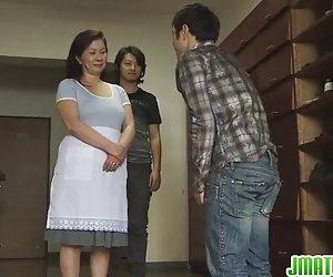Chizuru بالغ می داند که چگونه لطفا را cocks